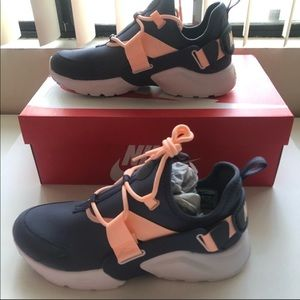 Nike Shoes - NIKE air Huarache city low light carbon